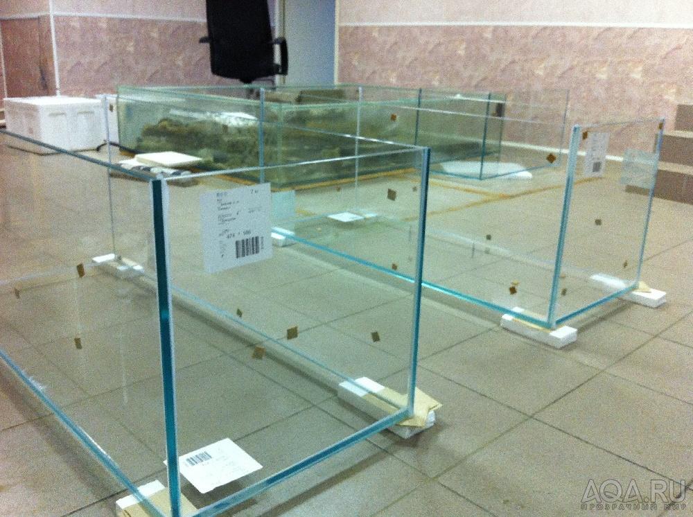Для склейки аквариумов применяется прозрачный силикон, швы тончайшие и очень аккуратны.