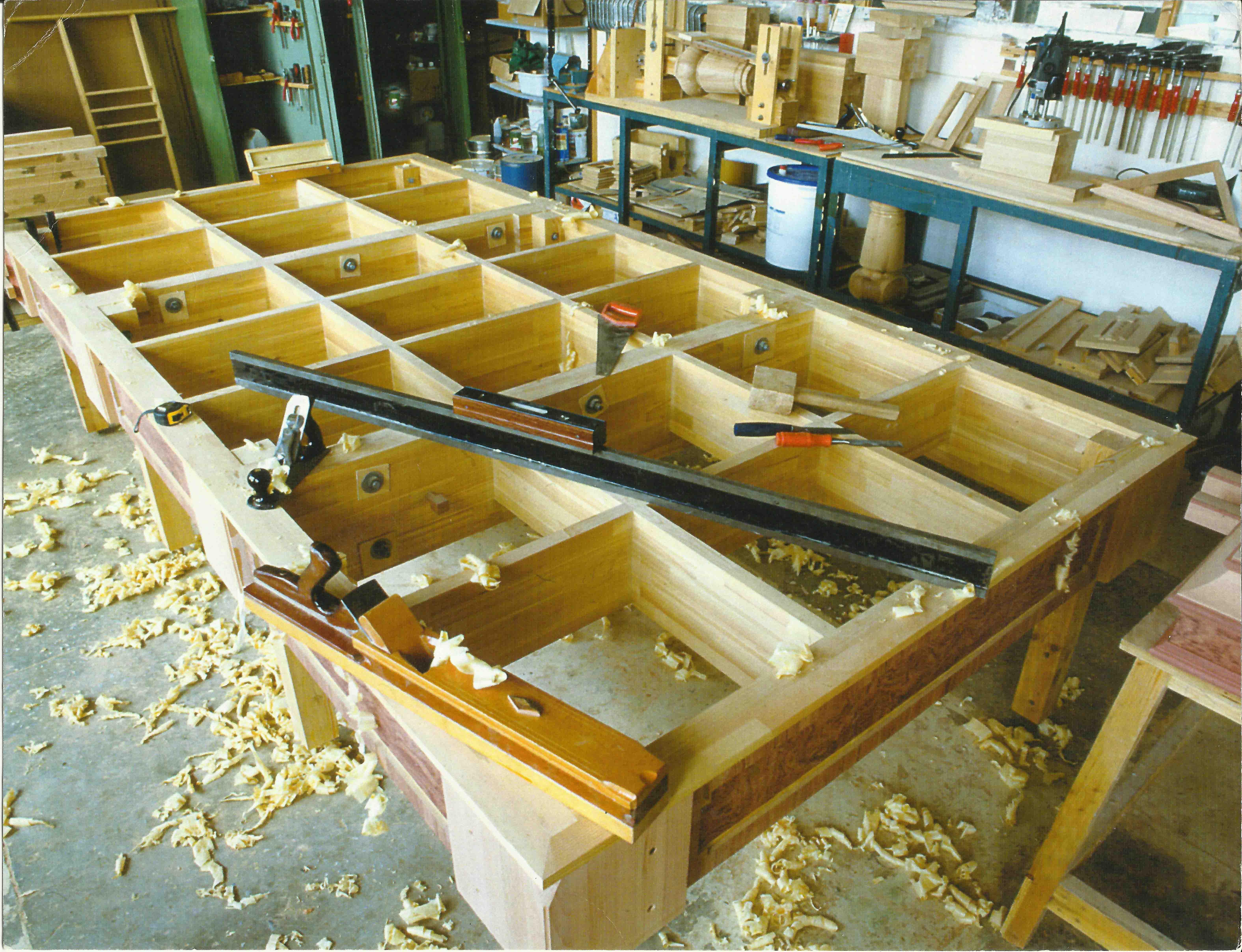 Производство деревянных столов - расскажем где купить.